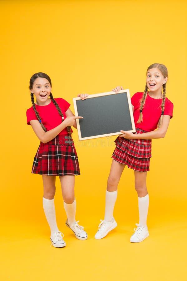 Fing καλύτερο εδώ παρουσίαση σχολικού προγράμματος r παιδιά που παρουσιάζουν τον πίνακα δελτίων μεγάλες πωλήσεις ευτυχής μικρός στοκ εικόνα