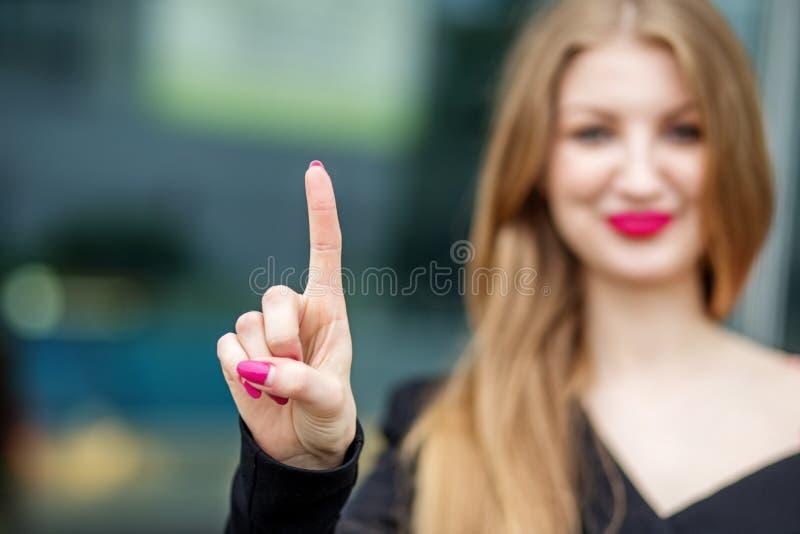 Finger acertado de los puntos de la mujer de negocios en el lugar para el texto Concepto para el negocio, oficina, espacio de aho fotografía de archivo