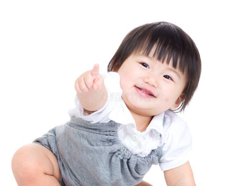 Finger asiático del bebé que apunta en la dirección del frente foto de archivo libre de regalías