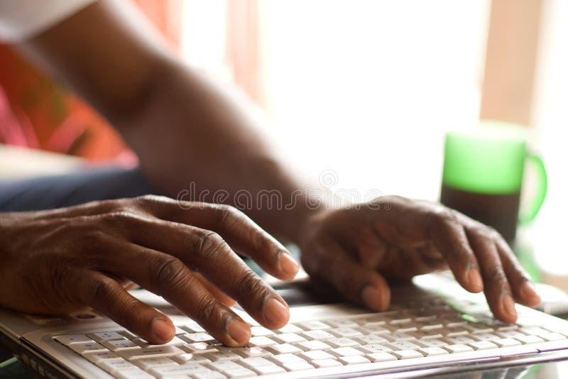 Finger auf dem Laptop lizenzfreie stockfotografie