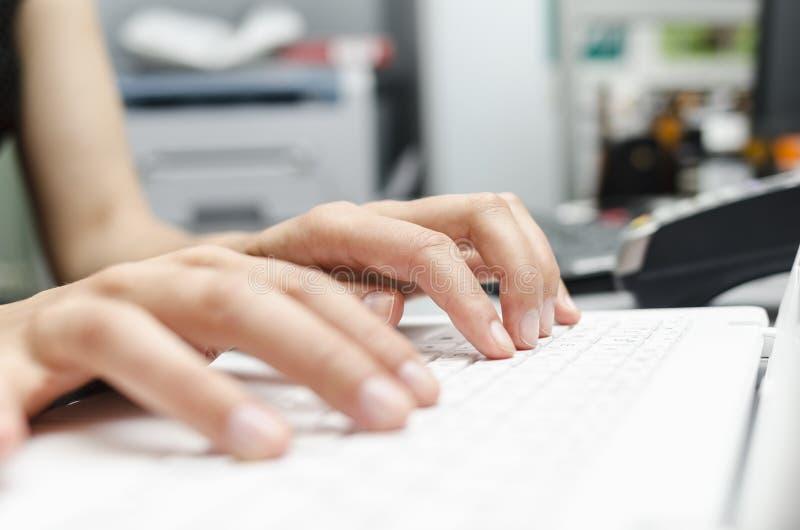 Finger auf der Laptoptastatur lizenzfreie stockbilder
