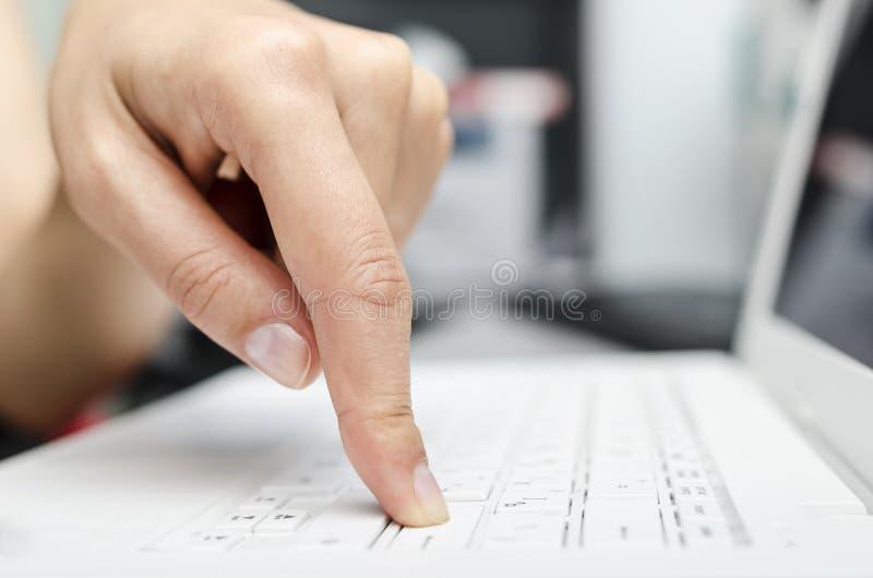 Finger auf der Laptoptastatur stockfotografie