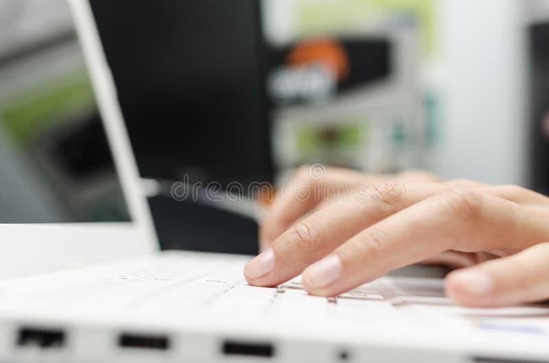 Finger auf der Laptoptastatur lizenzfreies stockfoto