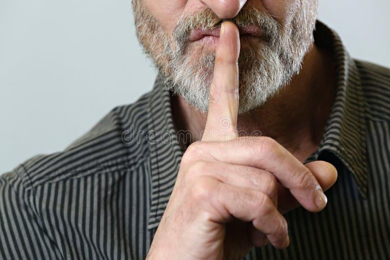 Finger auf Lippen - stille Geste lizenzfreies stockbild