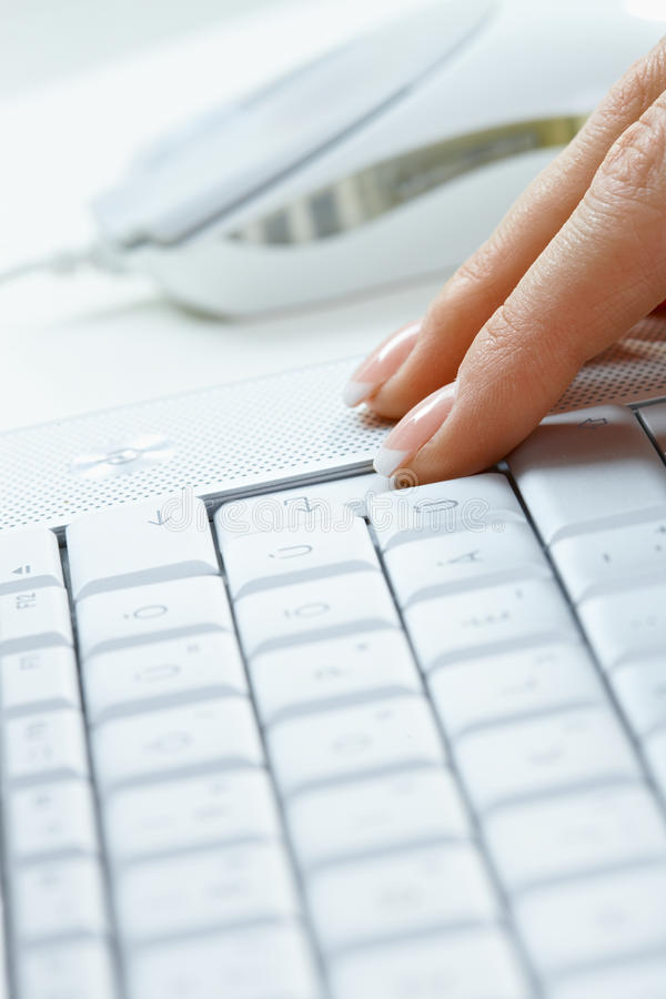Finger auf Tastatur stockbilder