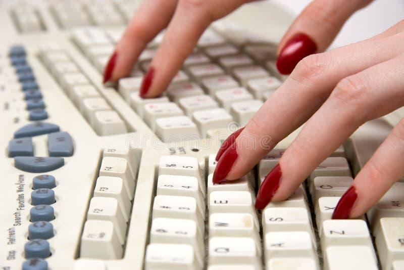 Finger auf Tastatur lizenzfreie stockbilder