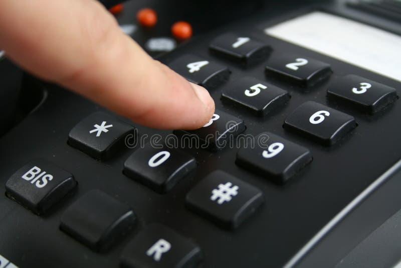 Finger betätigt Abbildung am Telefon lizenzfreies stockbild
