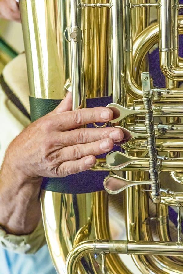 Finger del jugador de la tuba fotografía de archivo libre de regalías