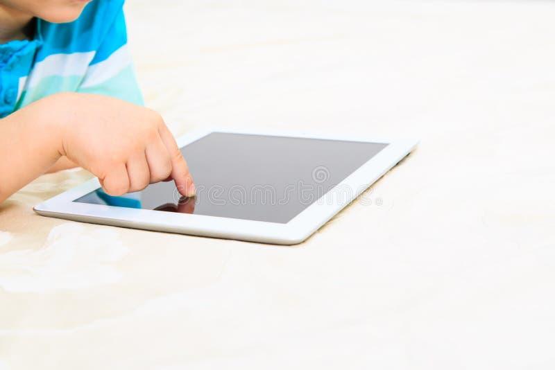 Finger del niño con la almohadilla táctil, educación temprana fotos de archivo libres de regalías