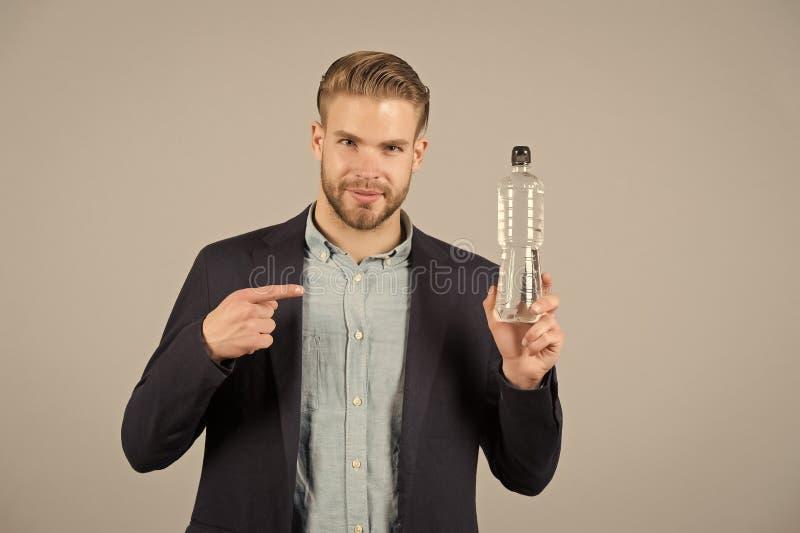 Finger del punto del hombre en la botella plástica Hombre sediento con la botella de agua Sed y deshidratación Agua potable para  fotos de archivo libres de regalías