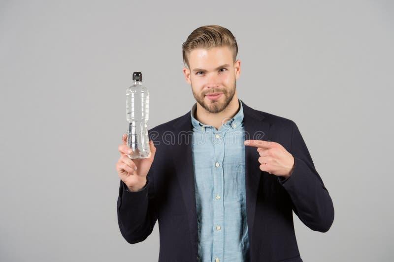 Finger del punto del hombre en la botella plástica Hombre sediento con la botella de agua Sed y deshidratación Agua potable para  fotos de archivo