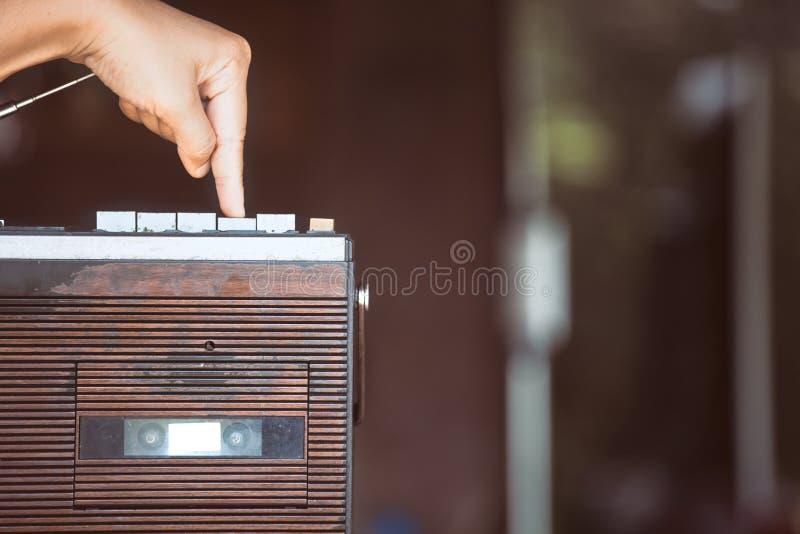 Finger, der die Spielunterseite auf Retro- Radiokassettenstereolithographie drückt stockbilder