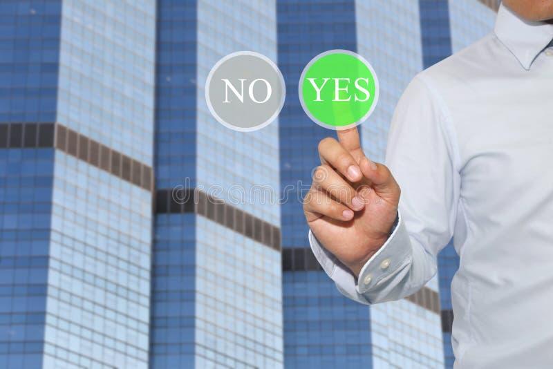 Finger der Geschäftsmannnote, zum des Knopfes und des Textes herein zu grünen JA stockfoto