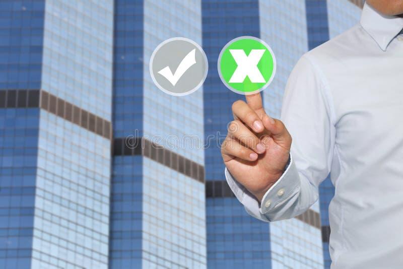 Finger der Geschäftsmannnote, zum des Knopfes und des weißen falschen Kennzeichens zu grünen lizenzfreie stockfotos