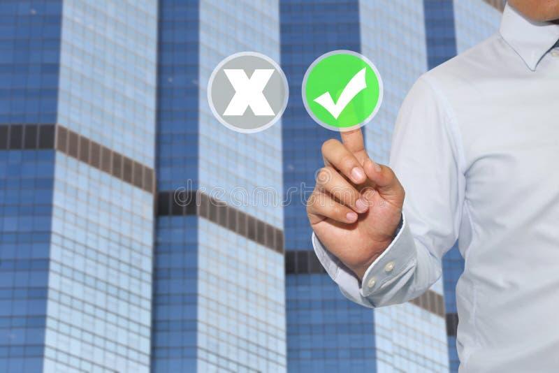 Finger der Geschäftsmannnote, zum des Knopfes und des weißen Häkchens zu grünen stockfotos