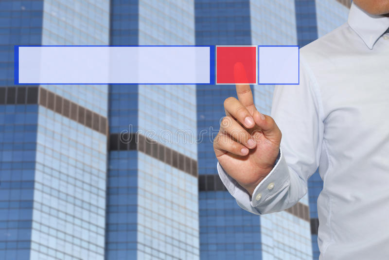 Finger der Geschäftsmannnote zum roten Knopf der Technologie stockfotos