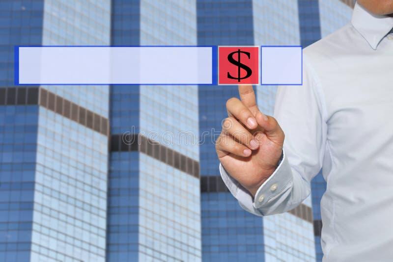 Finger der Geschäftsmannnote zum roten Knopf und zum Symbol der Technologie stockfoto