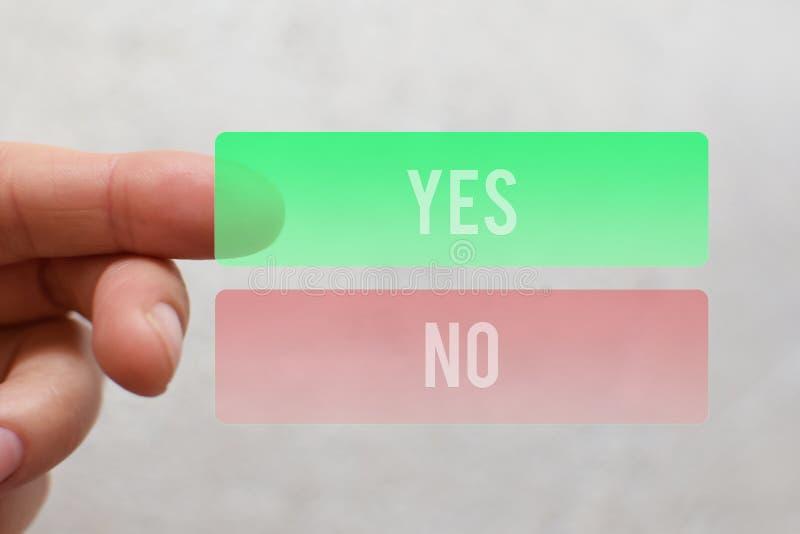 Finger, der ja Knopf des Grüns drückt lizenzfreies stockfoto