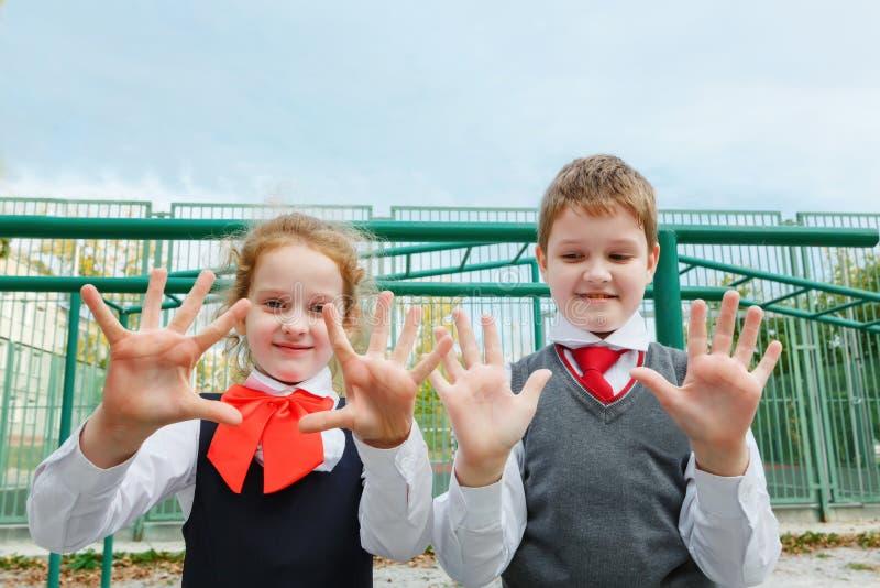 Finger der Show fünf des kleinen Mädchens und des Jungen lizenzfreies stockbild