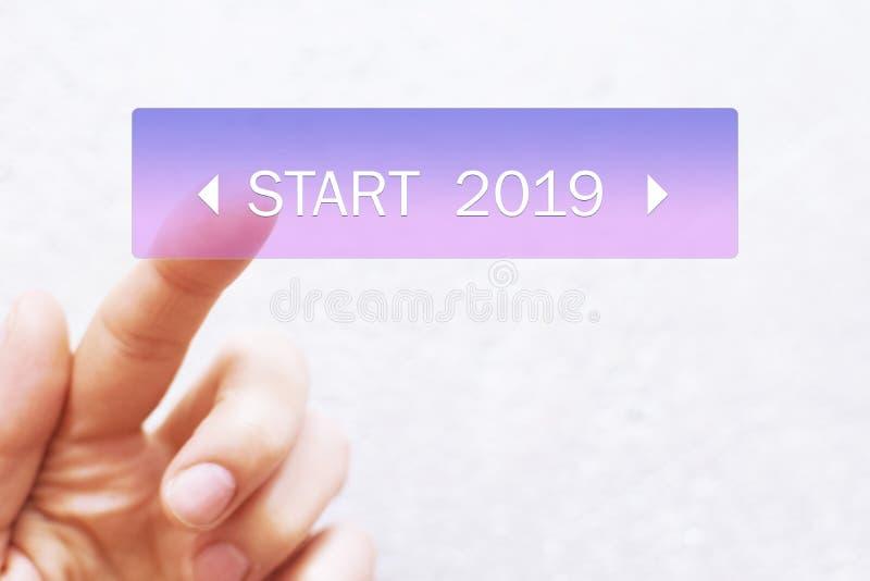Finger, der Startknopf 2019 drückt stockfotografie
