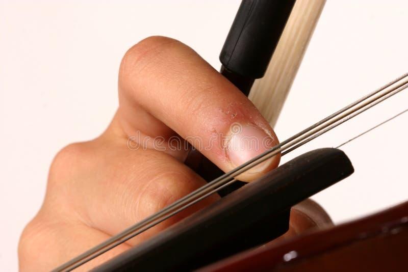 Finger, der Violinen-Zeichenkette zupft lizenzfreies stockfoto
