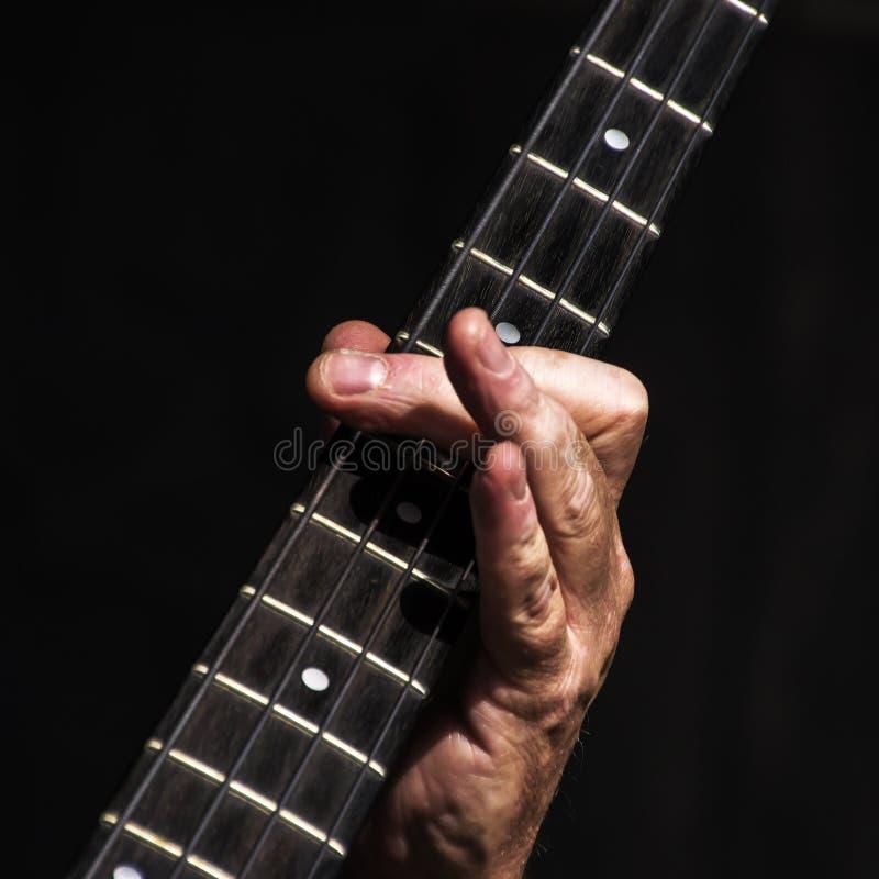 Finger des Bass-Spielers lizenzfreies stockbild