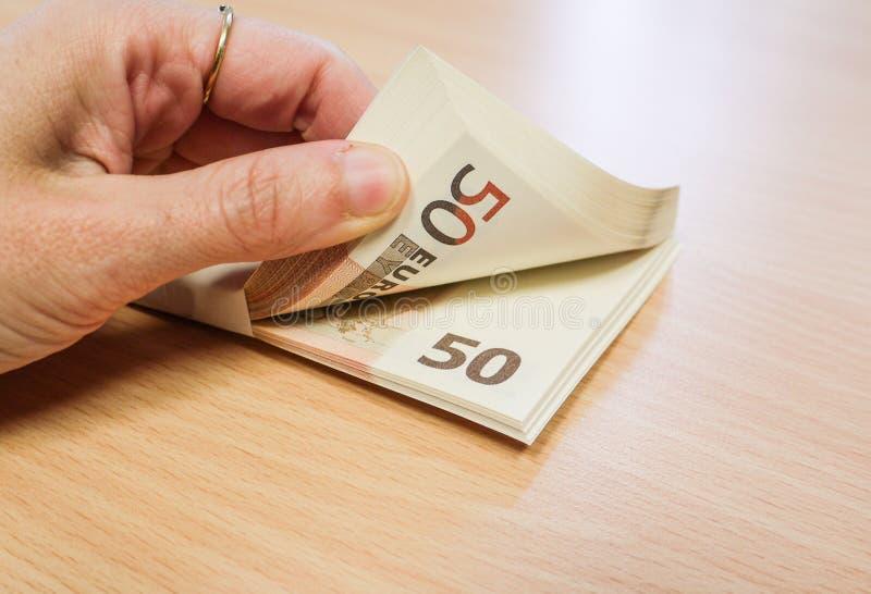 Finger, die einen Stapel Geld zählen lizenzfreie stockfotos