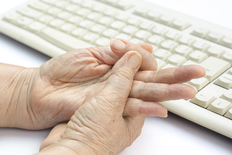 Finger doloroso de la mujer mayor fotos de archivo