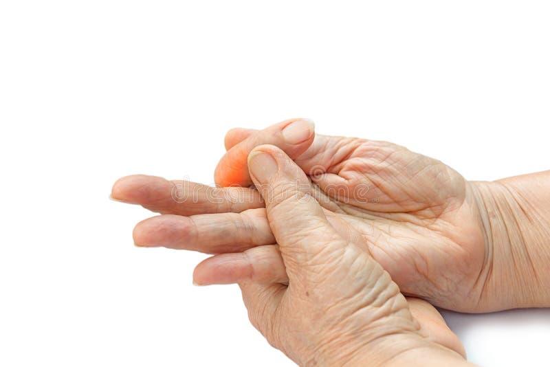 Finger doloroso de la mujer mayor debido a los ordenadores prolongados del uso imagen de archivo