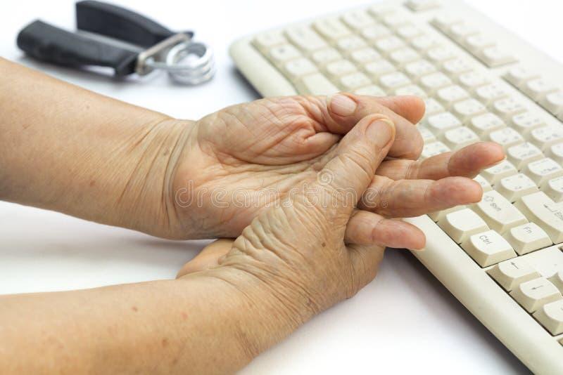 Finger doloroso y muñeca de la mujer mayor fotos de archivo