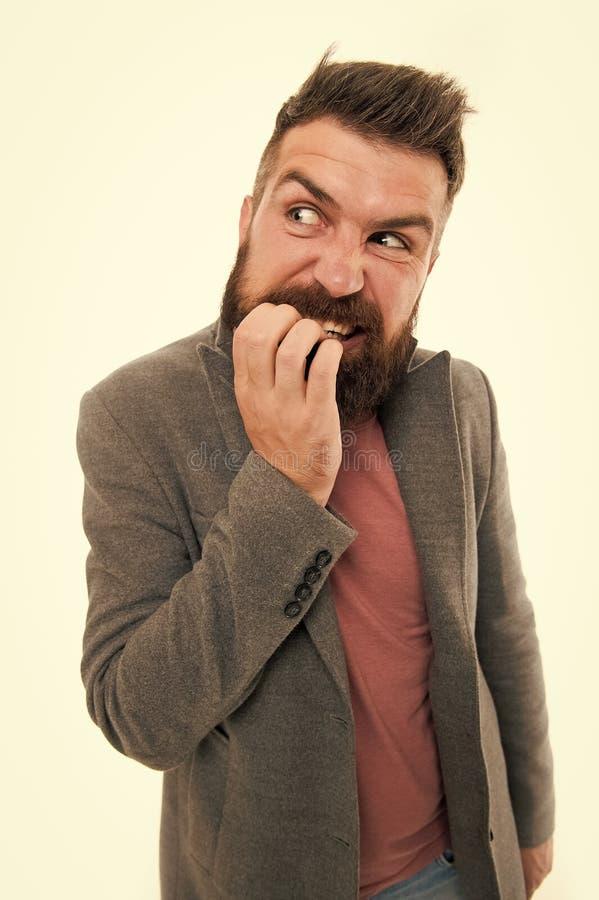 Finger dudoso de las mordeduras de la cara del inconformista barbudo del hombre mientras que piensa Nervioso tome la decisi?n Pen imagenes de archivo