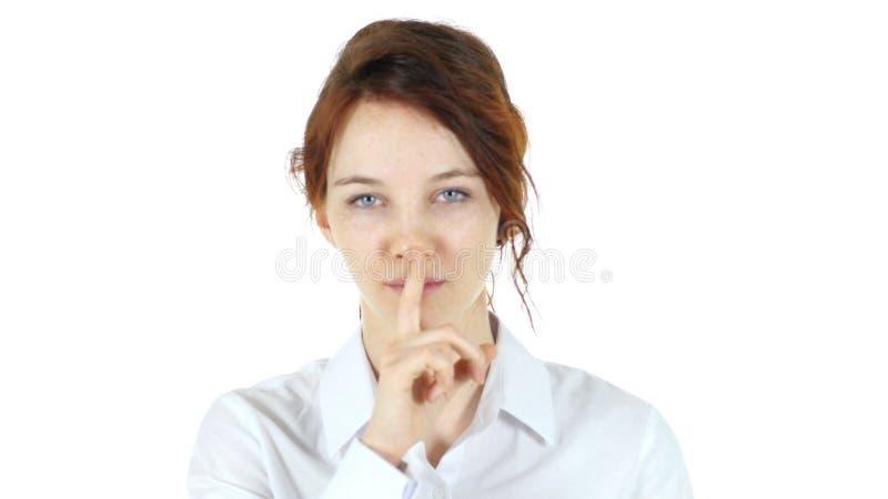 Finger en los labios de la mujer roja del pelo imagenes de archivo