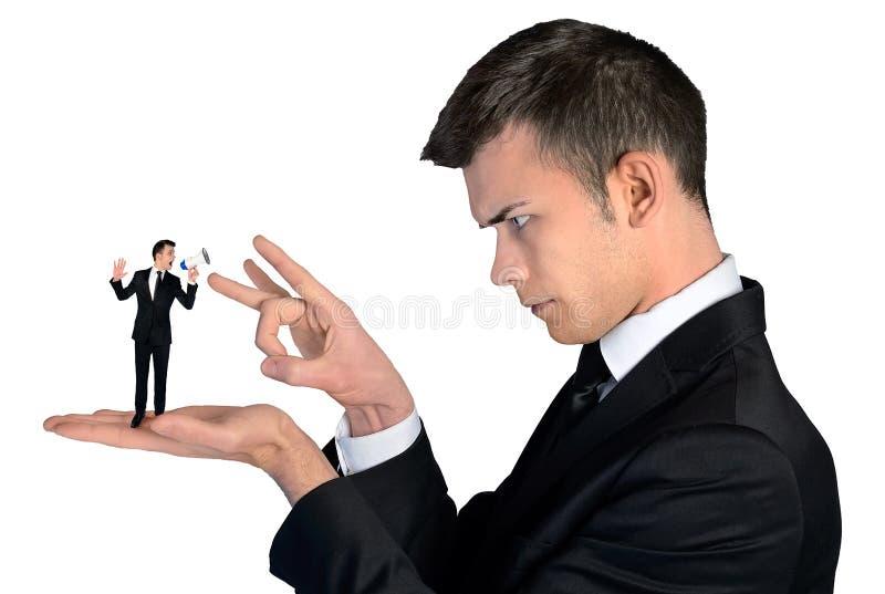 Finger för affärsman som bläddrar på liten man arkivbilder