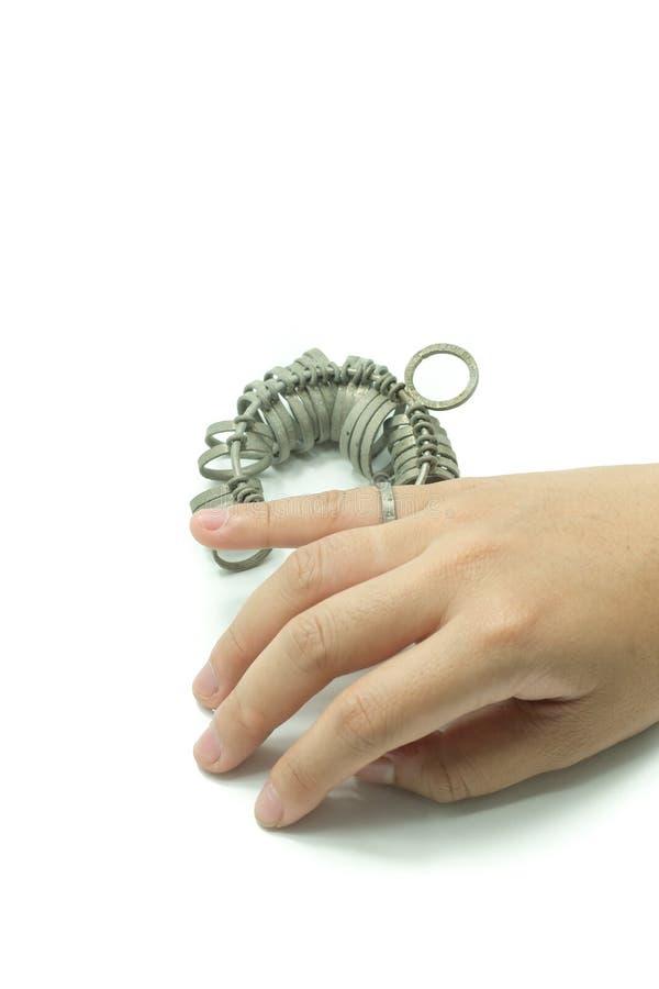 Finger för handwiithjuvelerare som storleksanpassar isolerade hjälpmedel arkivbild