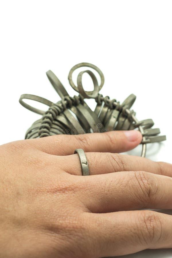 Finger för handwiithjuvelerare som storleksanpassar isolerade hjälpmedel arkivbilder
