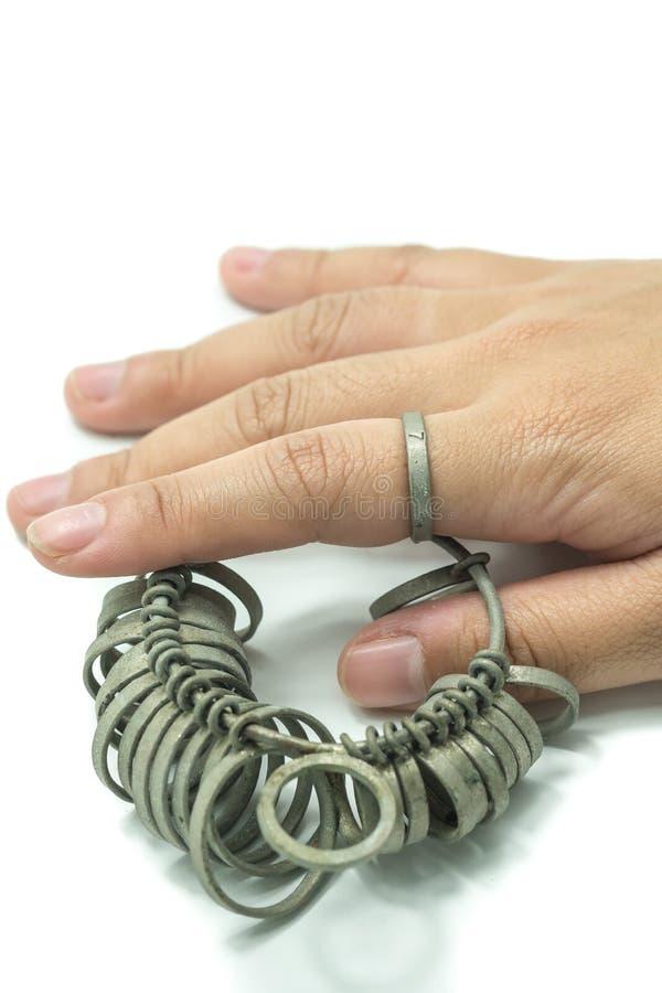 Finger för handwiithjuvelerare som storleksanpassar isolerade hjälpmedel royaltyfri fotografi