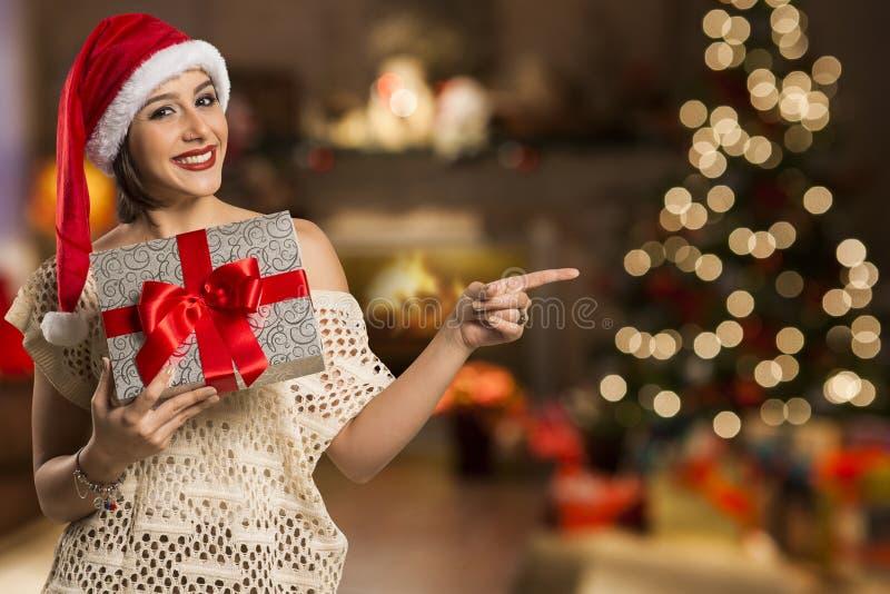 Finger feliz del punto de la sonrisa de la mujer que muestra el espacio vacío lateral de la copia, yo foto de archivo libre de regalías