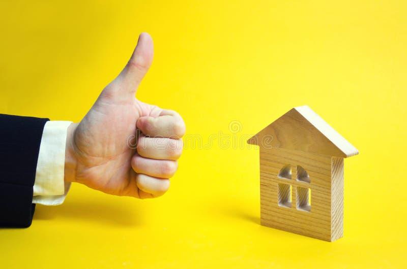 Finger hoch und Haus Holzhaus und anerkennend Hand Ein Geschäft stockfotografie