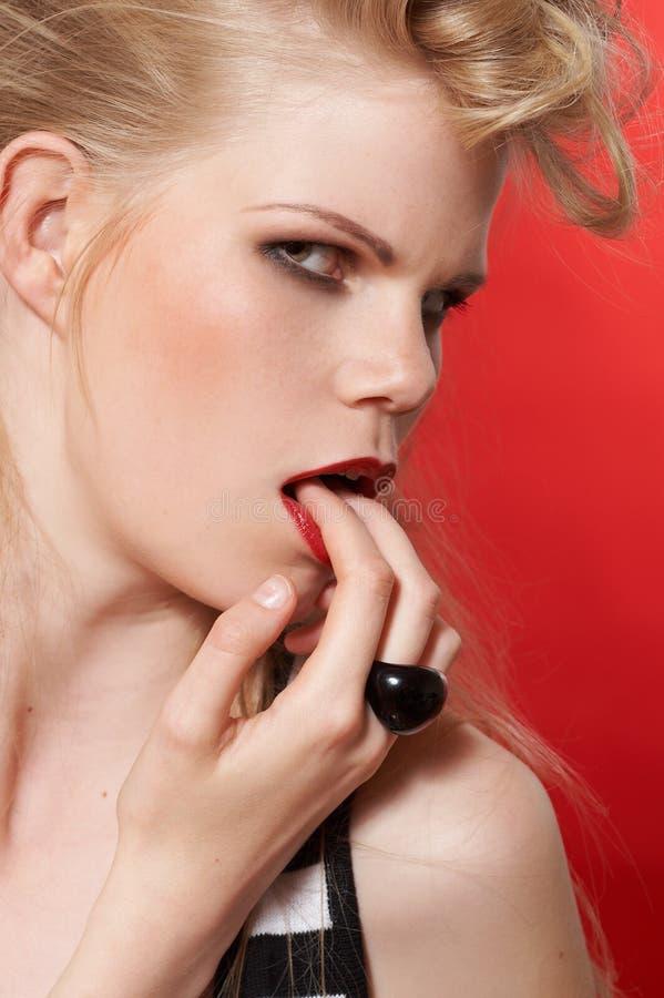 Finger im Mund. lizenzfreie stockfotos