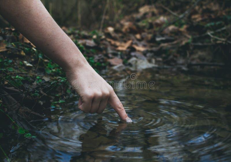 Finger im Wasser stockfotografie