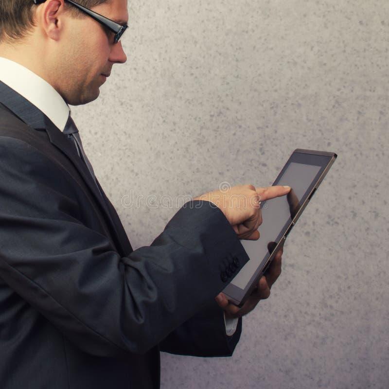 Finger som pekar på den digitala minnestavlan royaltyfri fotografi