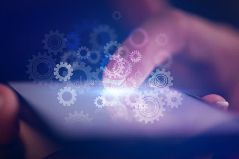 Finger som st?ller in telefonen arkivbild