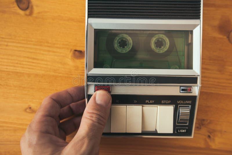 Finger som trycker på den rekord- knappen på plommoner för tappningljudkassettband arkivfoton