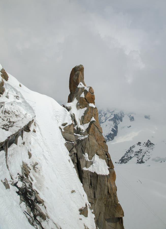 Finger-som vagga på de franska fjällängbergen Mont Blanc massiv, Aiguille du Midi Chamonix arkivfoton