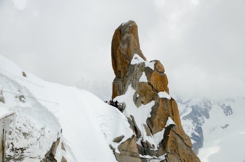 Finger-som vagga på de franska fjällängbergen Mont Blanc massiv, Aiguille du Midi Chamonix fotografering för bildbyråer