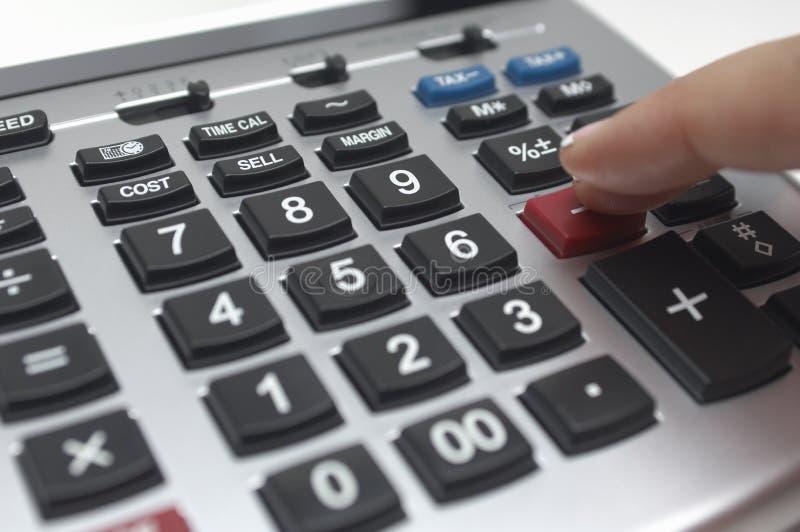 Finger usando la calculadora fotografía de archivo libre de regalías