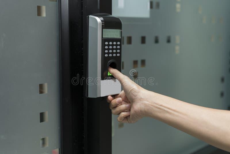 Fingerabdruck und Zugriffskontrolle in einem Bürogebäude lizenzfreie stockfotografie