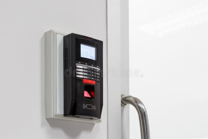 Fingerabdruckscan für setzen Türsicherheitssystem frei stockfotografie