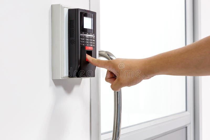 Fingerabdruckscan für setzen Türsicherheitssystem frei lizenzfreie stockfotografie