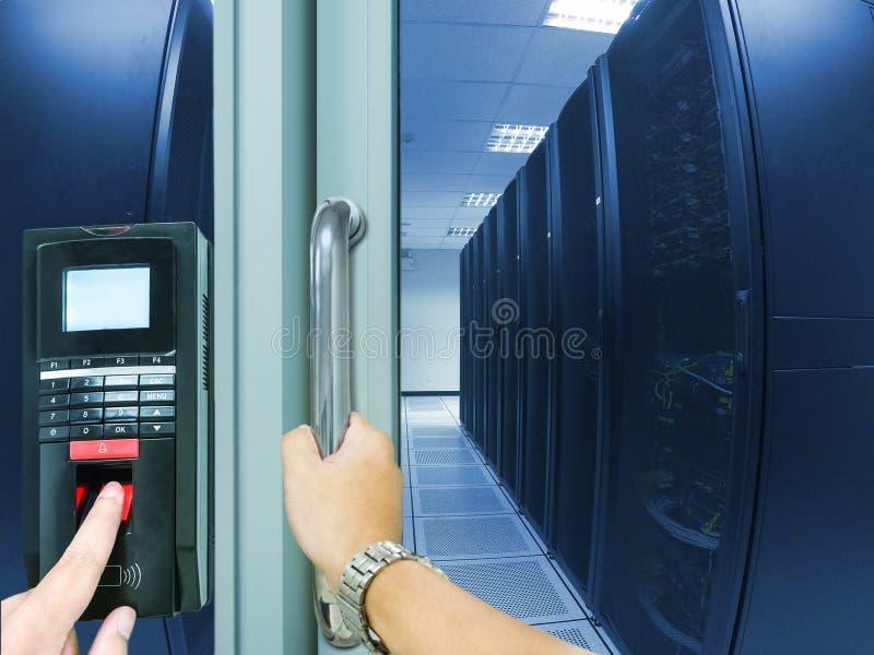 Fingeravtryckbildläsningen för skriver in säkerhetssystemet royaltyfri foto